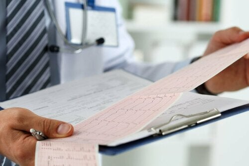 Лекар разчита кардиограма