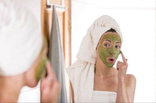 Жена с маска за лице на кожата