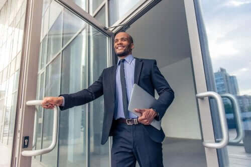 Мъж бизнесмен държи папка с документи