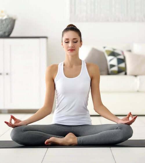 Медитираща жена