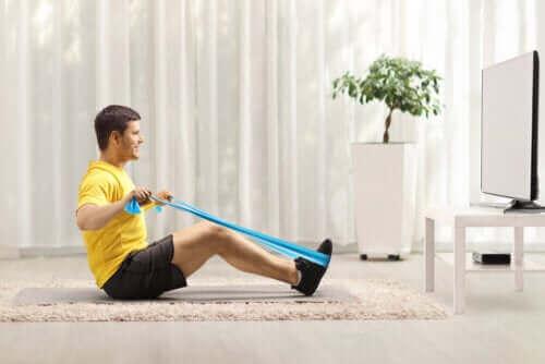 Упражнения с ластична лента за укрепване на гърба