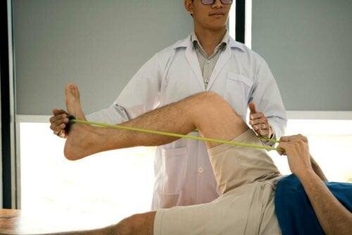 Рехабилитация на мускулите с ластична лента