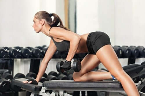Жена вдига тежести