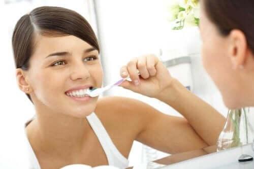 Жена мие зъбите си