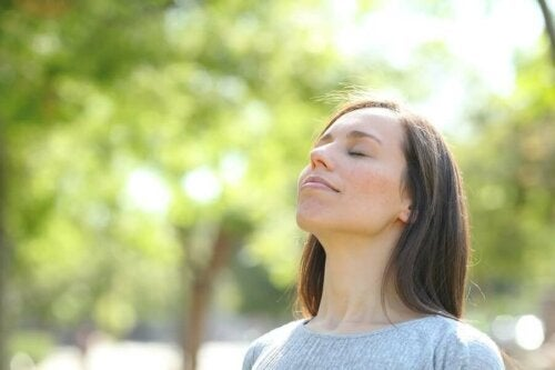 Жена прави упражнения за дишане