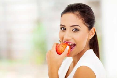 Жена яде ябълка