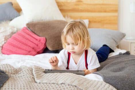 Прекомерното екранно облъчване при децата пречи на развитието им.
