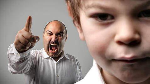 Гневен мъж вика на дете