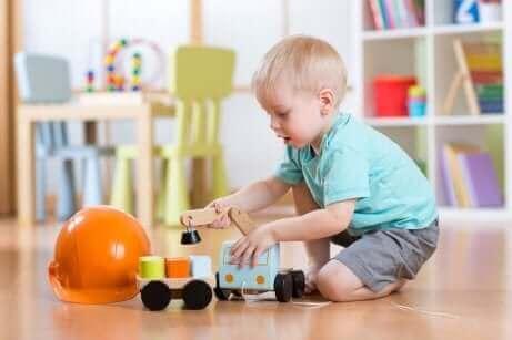 Едно малко момченце играе с камионче