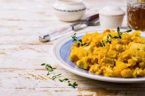 Къри с леблебия и ориз в чиния