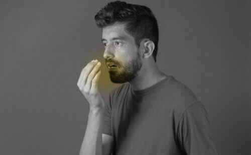 Снимка на мъж с лош дъх