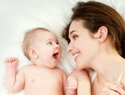 Усмихнати майка и бебе