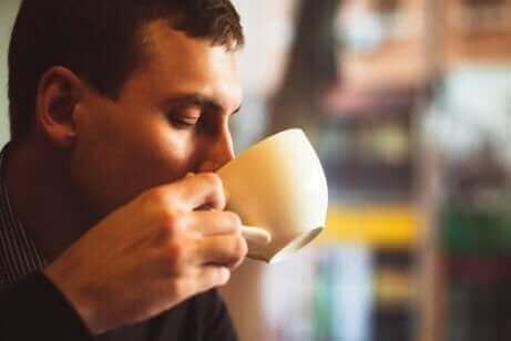 За пиенето на кафе: мъж пие кафе