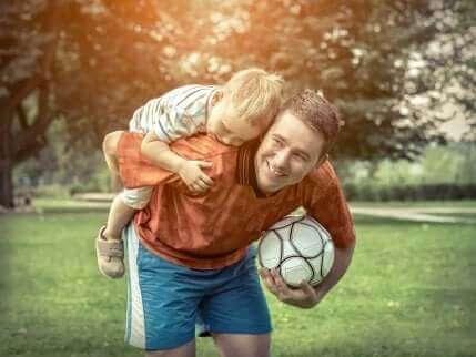 Мъж си играе с дете