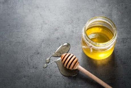 Мед и дървена лъжица