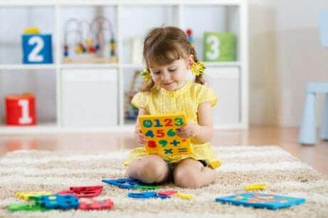 Деца с аутизъм: момиче играе с числа