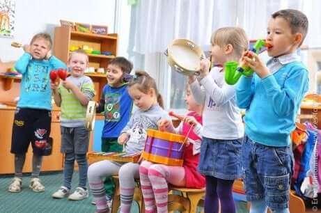 Група от деца свирят на различни инструменти