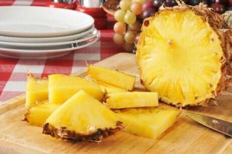 Предотвратяването на артрита на ръцете: нарязан ананас