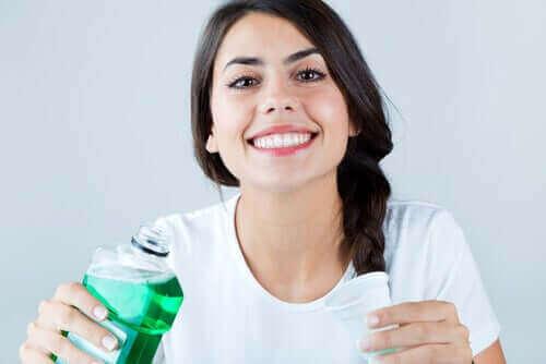 Снимка на млада жена с хубава усмивка