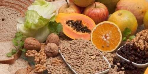 Снимка на различни плодове и фибри