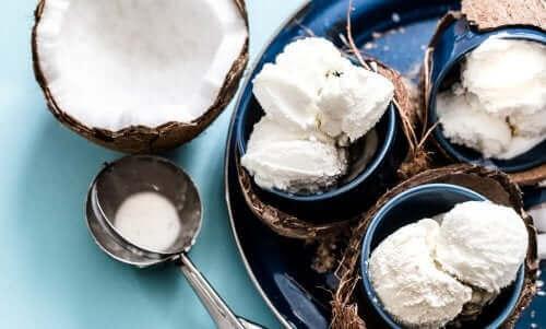 Как да приготвите обезмаслен кокосов сладолед