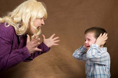 Една жена крещи на дете
