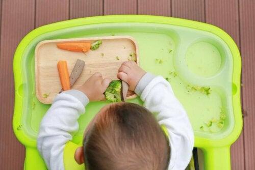 Въвеждането на твърда храна при бебетата изисква търпение.