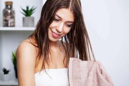 Най-добрите съвети за измиване на мазната коса