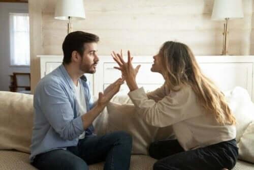 Вземете решение какво да правите, ако партньорът ви упражнява словесен тормоз върху вас.