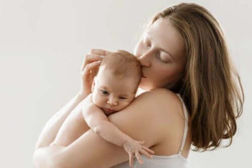 Контактът кожа до кожа е много важен в първите часове след раждането.