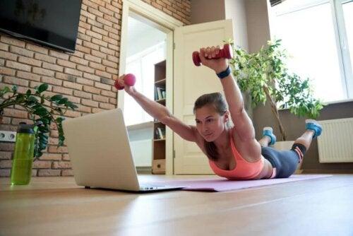 Упражнението супермен с гирички помага при болка в гърба.